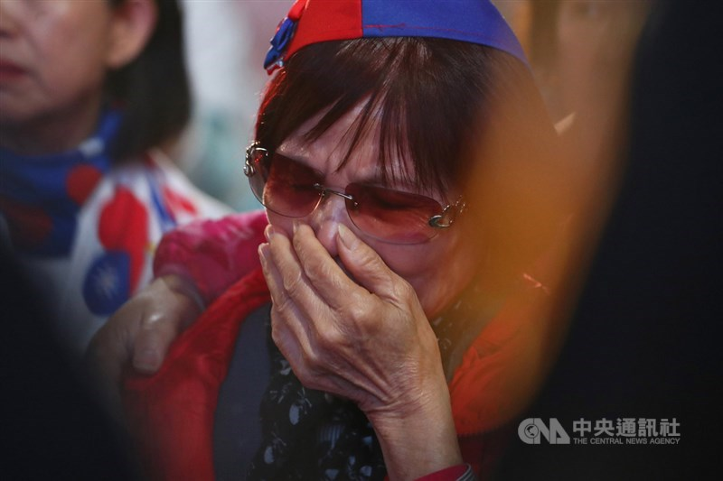 第15任總統、副總統及第10屆立委選舉11日舉行,晚間開票結果揭曉,許多支持者聚集國民黨高雄市黨部現場關心開票情形,有民眾看著票數落後,難過落淚。中央社記者王騰毅攝 109年1月11日