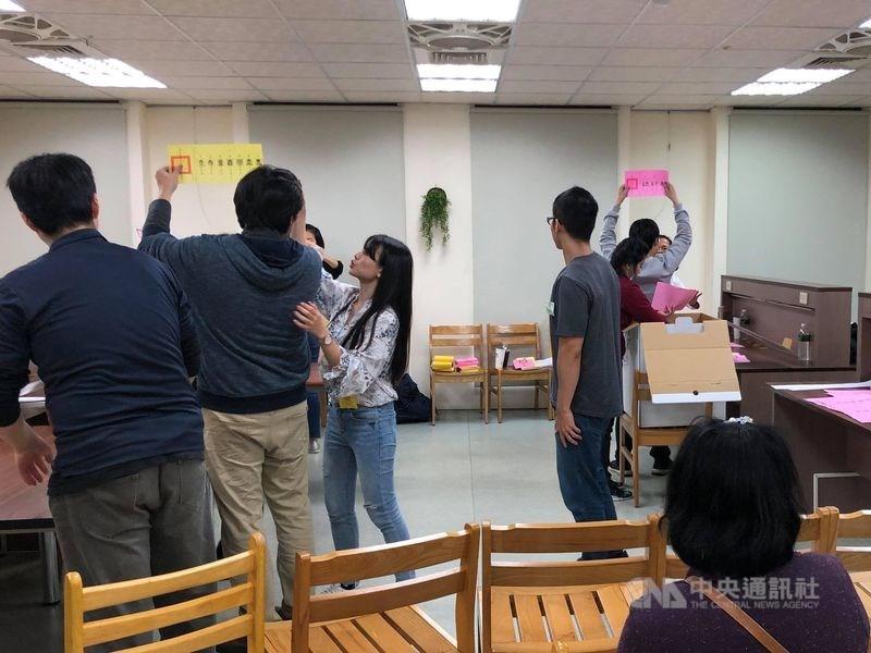 國際矚目總統與立法委員選舉,到台灣觀察選舉的美國學者祁凱立說,觀察唱票和開票的過程讓他感受到民眾「用生命在守護民主」。圖為選務人員開票情形。中央社 109年1月11日