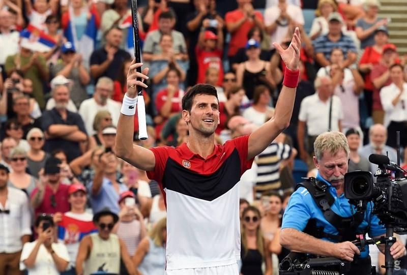 喬科維奇(前)率塞爾維亞擊敗他的宿敵納達爾帶領的西班牙,拿下首屆世界職業網球協會盃冠軍。(圖取自twitter.com/djokernole)