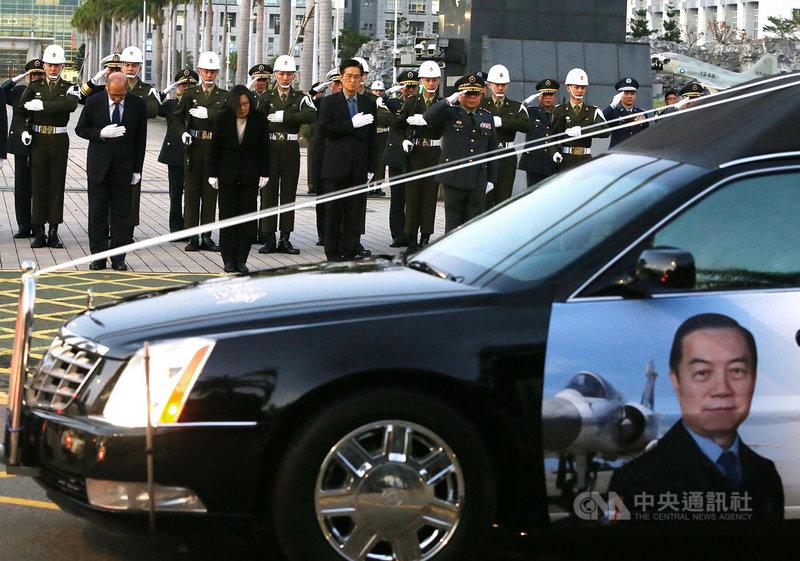 黑鷹直升機失事造成參謀總長沈一鳴上將等8人殉職,13日下午繞行台北市區舉行移柩儀式,總統蔡英文(前左2)在國防部前,向移柩車隊鞠躬致敬。中央社記者郭日曉攝 109年1月13日