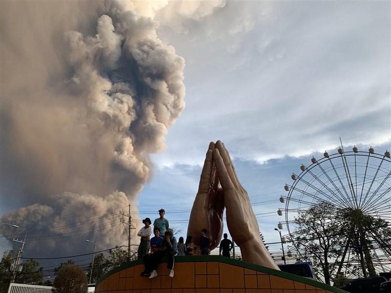 菲律賓塔爾火山12日噴發且瀕臨爆發,迫使當局暫停往返首都馬尼拉尼諾伊艾奎諾國際機場的班機。(美聯社)