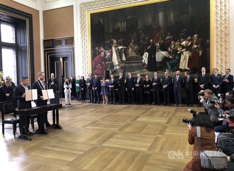 台北市長柯文哲與布拉格市長賀瑞普在布拉格市政廳簽署姊妹市協定,布拉格市府各局處長在場觀禮。中央社記者林育立布拉格攝 109年1月14日