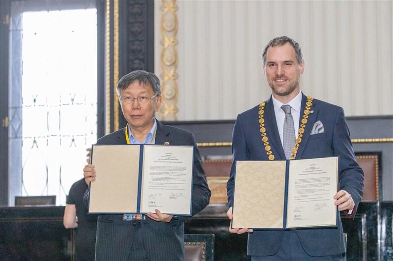 捷克首都布拉格與台北市13日簽署協議,締結為姊妹市。布拉格市長賀瑞普(右)簽署協議後表示,這項姊妹市關係對雙方都「最為有利」。(圖取自facebook.com/DoctorKoWJ)
