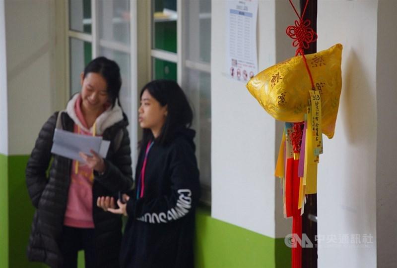 109學年度學科能力測驗18日舉行第2天考試,考科為數學、國語文寫作能力測驗、自然,考生把握時間復習,做考前最後衝刺。中央社記者王騰毅攝 109年1月18日