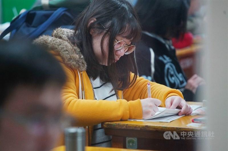 大考中心將於2月24日公布學測成績和各科5標標準,2月25日寄發成績單。圖為18日考生們在考前專注複習,摩拳擦掌準備應試。中央社記者王騰毅攝 109年1月18日