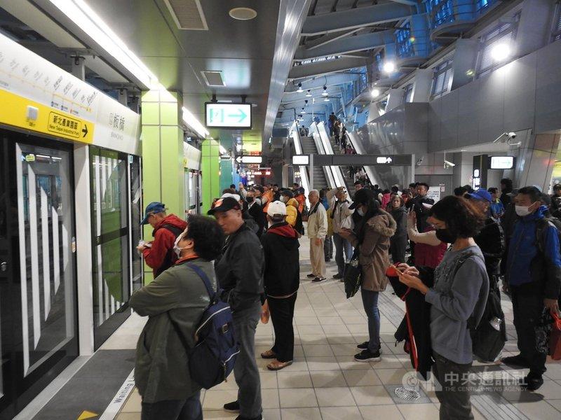 新北捷運環狀線第一階段19日試乘首日,一早各站就有許多民眾排隊等待,搶先搭乘體驗。圖為月台等候情形。中央社記者王鴻國攝 109年1月19日