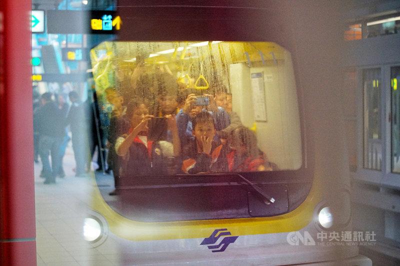 新北捷運環狀線第一階段19日起開放免費試乘,開放試乘第一天,不少民眾搶先體驗並拍照記錄。中央社記者王騰毅攝 109年1月19日
