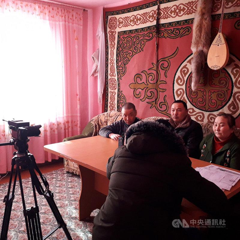 維權組織「阿塔珠爾特志願組織」在哈薩克奔走,蒐集資訊並訪問集中營受害者或家屬,撰寫請願書並聯繫人權團體。圖為流亡記者巴特爾準備採訪受害者的工作照。(巴特爾提供)中央社記者曾婷瑄巴黎傳真 109年1月20日