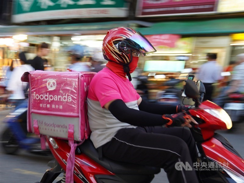 foodpanda外送員不滿公司更改計單方式,foodpanda20日表示,將視新制度執行狀況,是否調整尚未定案。(中央社檔案照片)
