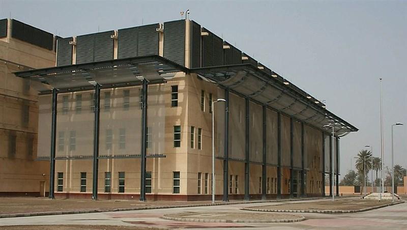 伊拉克軍警單位表示,伊拉克首都巴格達戒備森嚴的「綠區」21日遭到攻擊,3枚火箭落在美國大使館附近,目前並未傳出傷亡。圖為美國駐伊拉克大使館。(圖取自維基共享資源,版權屬公有領域)