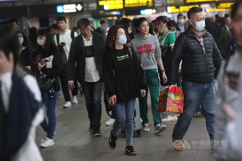 中國武漢華南海鮮市場從去年12月起爆發不明原因肺炎,病原體經判定後為一種新型冠狀病毒,台灣21日證實首例確診。民眾走在捷運連通到內並配戴口罩。中央社記者吳家昇攝 109年1月22日