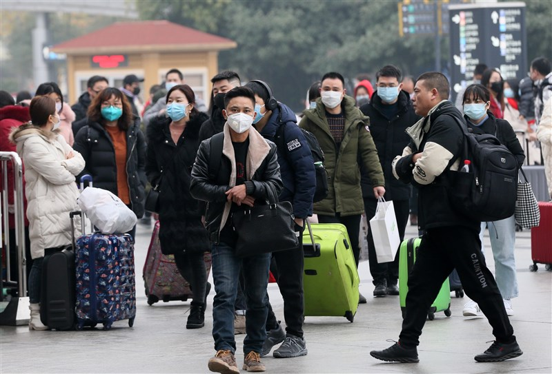 武漢肺炎疫情蔓延。圖為22日武漢漢口火車站附近不少人戴著口罩。(中新社提供)