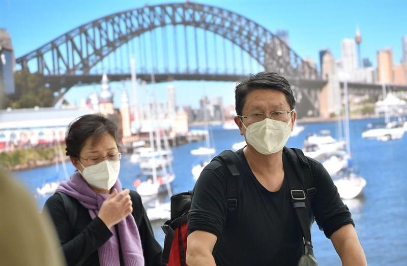澳洲維多利亞州衛生官員25日宣布境內首起2019新型冠狀病毒(2019-nCoV,武漢肺炎)確診病例。圖為戴著口罩的旅客23日從武漢飛抵澳洲雪梨。(法新社提供)