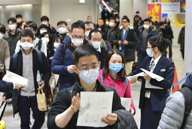 中國旅行社協會25日宣布,全國旅行社及在線旅遊企業即日起暫停經營團隊旅遊及「機票加酒店」產品。圖為24日一批中國旅客抵達日本關西機場。(檔案照片/共同社提供)