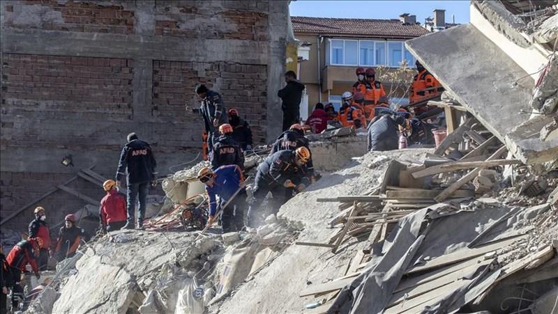 土耳其24日發生規模6.8強震,造成31人死亡、1547人受傷。(安納杜魯新聞社提供)