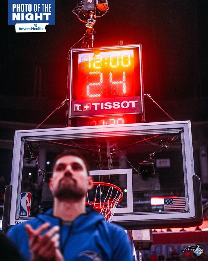 美國職籃NBA洛杉磯湖人傳奇球星布萊恩26日死於直升機墜毀,NBA數場比賽球員開球後不進攻,刻意讓24秒進攻時間走完。(圖取自twitter.com/OrlandoMagic)