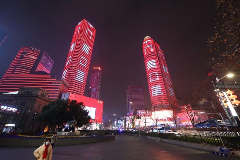 曾任德國駐中國大使的史丹澤28日表示,武漢肺炎對習近平統治權威是一大威脅。圖為中國南京市28日晚間街道上不見大年初四人潮,只有高聳大樓點亮「戴口罩」等防疫標語。(中新社提供)