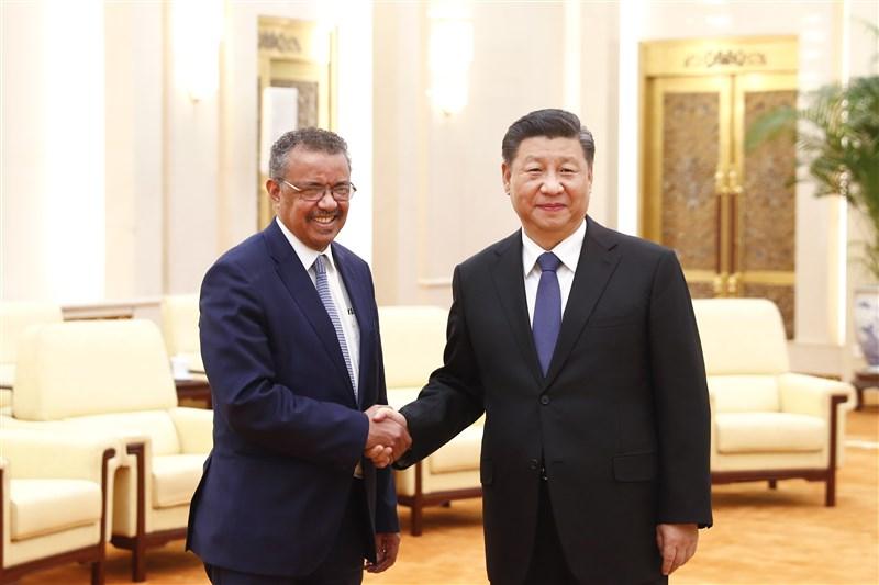 中國國家主席習近平(右)28日在北京會見世界衛生組織秘書長譚德塞(左)時表示,「疫情是魔鬼,我們不能讓魔鬼藏匿。中國政府始終本著公開、透明、負責任的態度及時向國內外發布疫情信息。」(中新社提供)