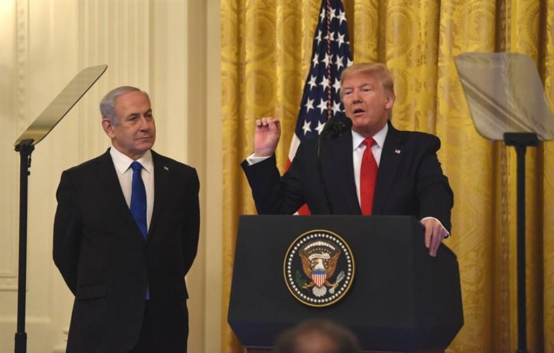 川普(右)28日公布各界期待已久的中東和平計畫細節,希望藉此化解以巴兩國數十年來的衝突。(中新社提供)