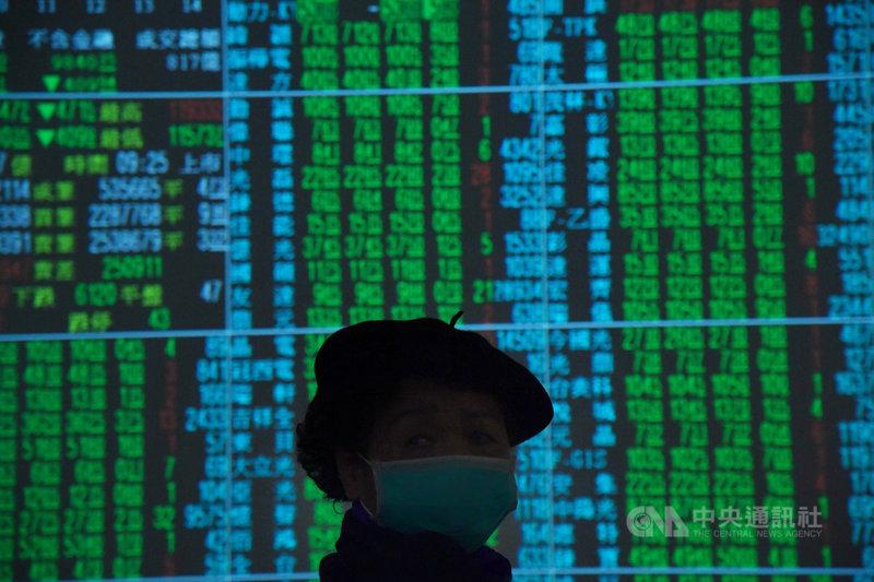 台北股市30日開盤跌185.48點,加權股價指數為11933.23點,成交金額新台幣120.82億元。中央社記者王飛華攝  109年1月30日