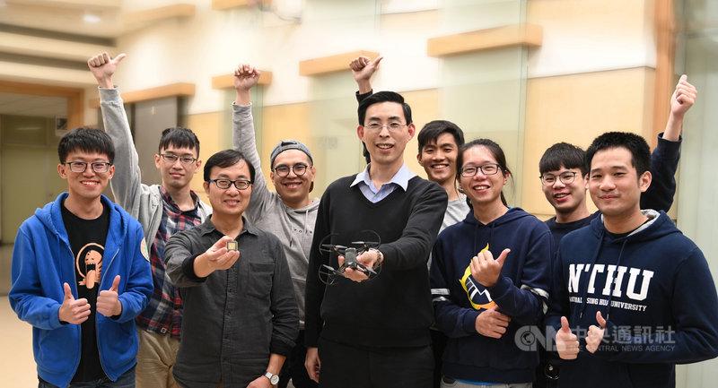 國立清華大學電機系教授鄭桂忠(前右3)、生命科學系教授羅中泉(前左2)率領團隊研發仿生物視覺神經的AI晶片,讓無人機模仿果蠅,自動閃避障礙物飛行。(清華大學提供)中央社記者魯鋼駿傳真 109年1月31日