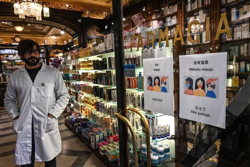 外交部歐洲司長姜森2月1日表示,義大利1月31日宣布禁止台灣航班入境,問題根源在於世界衛生組織(WHO)把台灣視為中國的一部分,誤導義大利衛生部門與民航局做成上述決定。圖為羅馬市中心藥局門上貼著口罩賣完的紙張。(法新社提供)
