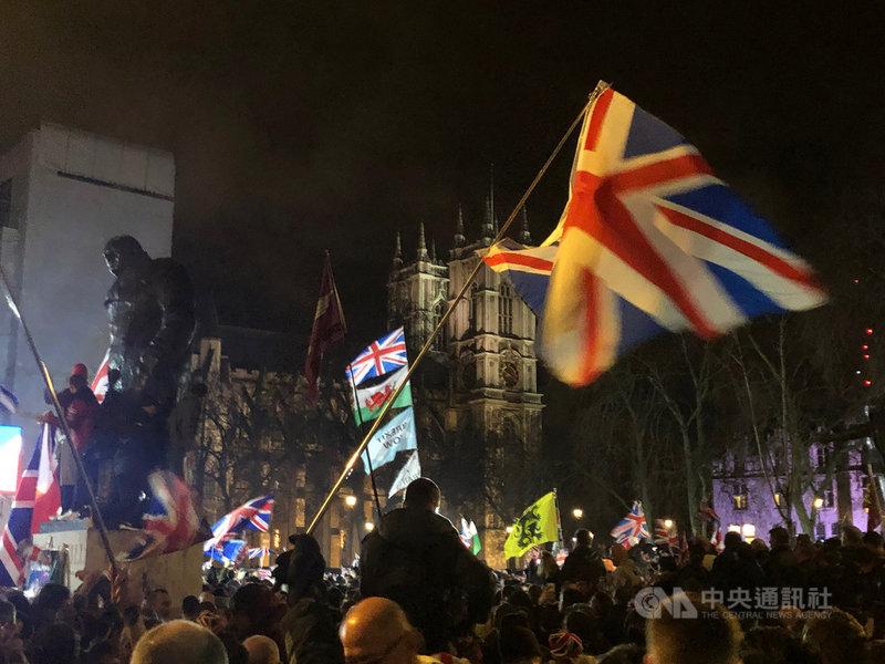 英國當地時間31日終於脫離歐洲聯盟,雖然僅是儀式性的脫歐日,仍吸引不少興奮的民眾到國會廣場慶祝。中央社記者戴雅真倫敦攝 109年2月1日