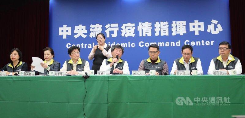 武漢肺炎疫情持續延燒,中央流行疫情指揮中心1日晚間再召開記者會,指揮官、衛福部長陳時中(前中)表示,台灣10個病例恢復狀況良好,沒有發燒,只剩一名個案仍需一點氧氣,其中一名經2次病毒檢驗均呈陰性反應。中央社記者吳家昇攝 109年2月1日