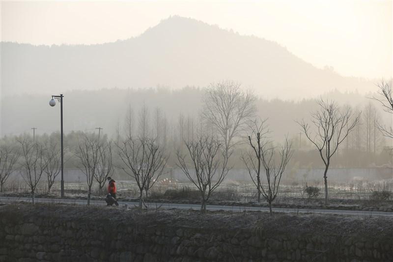 武漢肺炎蔓延中國各地,除了湖北省部分城市,疫情最嚴重的城市是浙江省溫州市,繼湖北黃岡之後,溫州2日也公布人員管控措施。圖為浙江省志願者在路上拾撿廢棄口罩。(中新社提供)