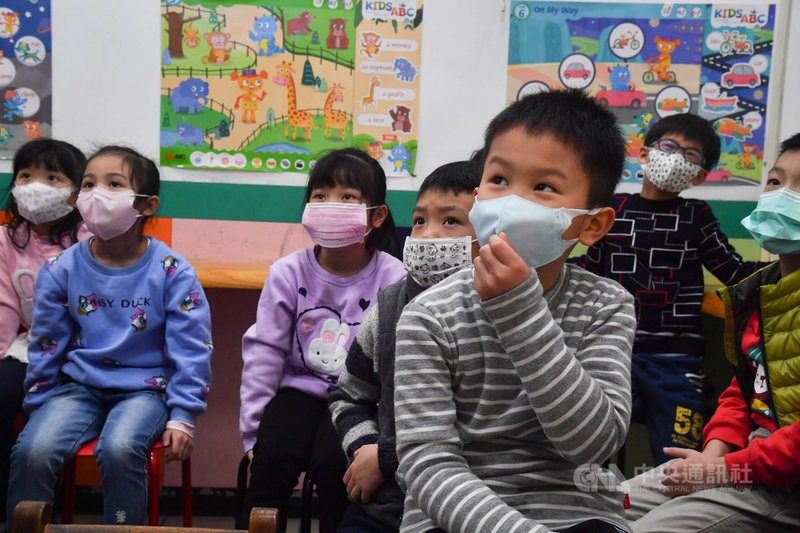 武漢肺炎疫情延燒,中央流行疫情指揮中心決定高中職以下學校延後2週開學,安親班業者也加強防疫,要求小朋友上課配戴口罩。中央社記者林俊耀攝 109年2月3日