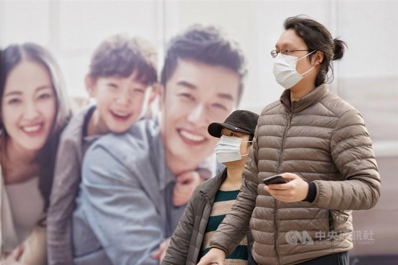 對於武漢肺炎疫情造成口罩搶購潮,抗SARS專家表示,目前台灣對武漢肺炎防疫做得很好,根本不到要戴口罩的時候。圖為北市街頭民眾配戴口罩。中央社記者徐肇昌攝 109年2月2日