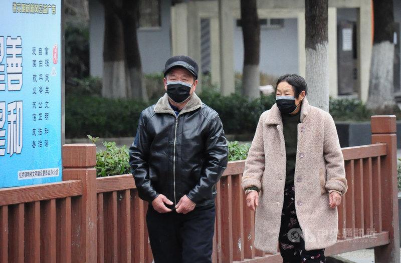 武漢肺炎疫情在中國持續蔓延,口罩幾乎成為民眾外出的必要配備。圖為上海民眾戴上口罩外出散步。中央社記者沈朋達上海攝  109年2月3日