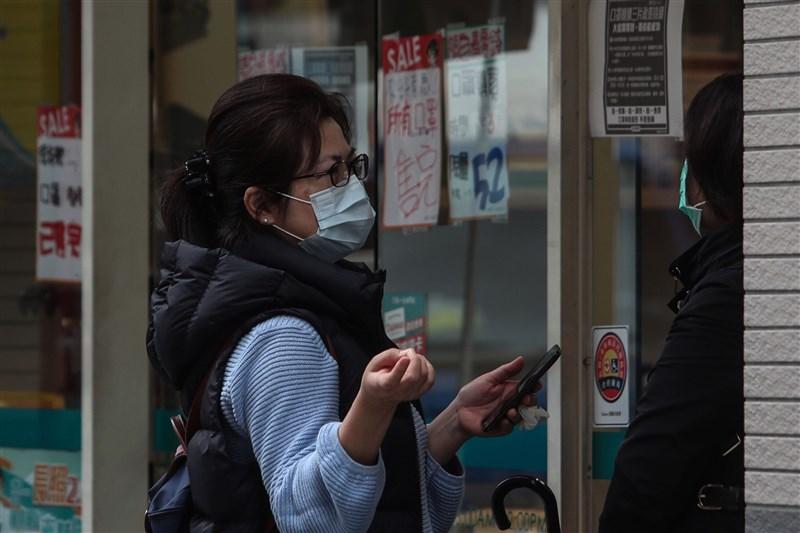 武漢疫情延燒,全民瘋搶口罩,6日實名制購買口罩上路後,民眾可使用健保卡在全國6000多家健保特約藥局購買。(中央社檔案照片)