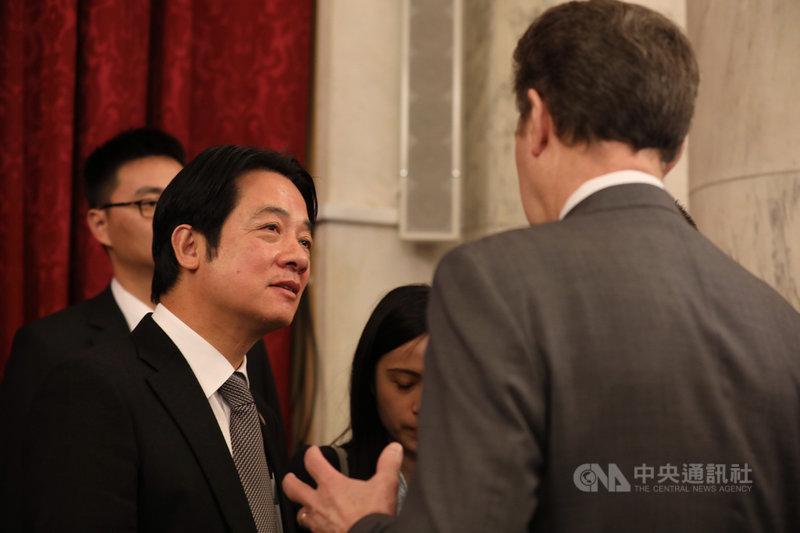 副總統當選人賴清德(左)4日受邀出席「國際宗教自由圓桌會議」活動,與美國國際宗教自由大使布朗貝克(右)同框。圖為兩人在活動結束後於場邊互動談話。中央社記者徐薇婷華盛頓攝 109年2月5日