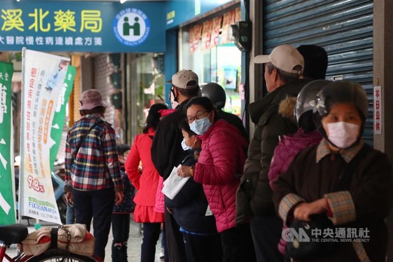 口罩販售實名制6日正式實施,一早8點不到,部分藥局出現排隊等待購買的人潮。中央社記者王騰毅攝 109年2月6日