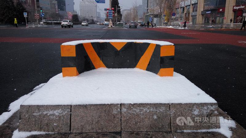 針對台灣參與世界衛生組織一事,國台辦6日以「負責人」名義表明嚴正立場稱,必須在「一個中國」原則下解決,「以疫謀獨」是絕不會得逞的。圖為一場小雪讓武漢肺炎疫情下的北京街頭更顯冷清。中央社記者林克倫北京攝 109年2月6日