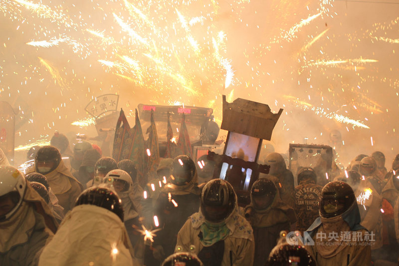 台南市長黃偉哲19日下午決定鹽水蜂炮等春節期間大型活動續辦,晚間卻突然宣布全數停辦。圖為去年台南鹽水蜂炮活動現場。(中央社檔案照片)