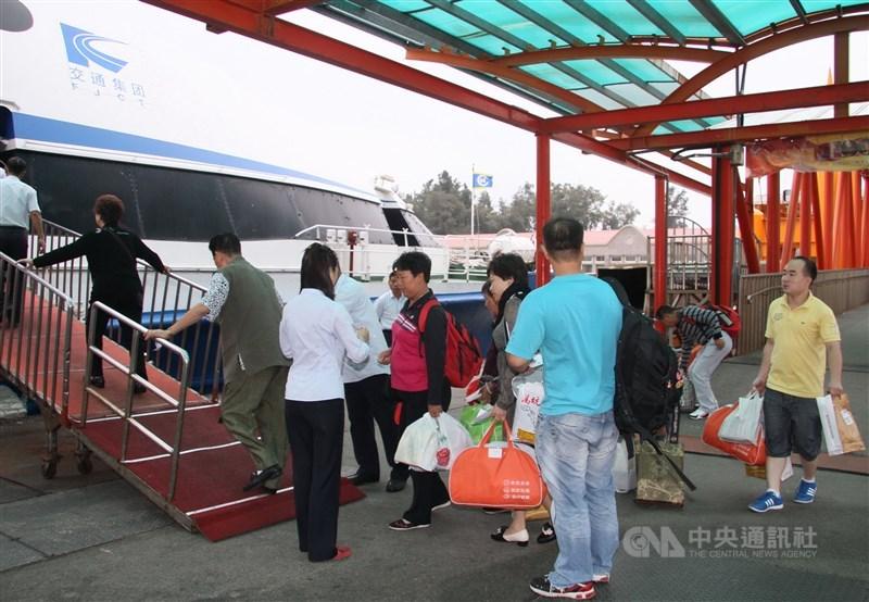 陸委會宣布,10日起暫停小三通客運船舶往來。圖為在金廈小三通輪船旅客搭船前往中國。(中央社檔案照片)