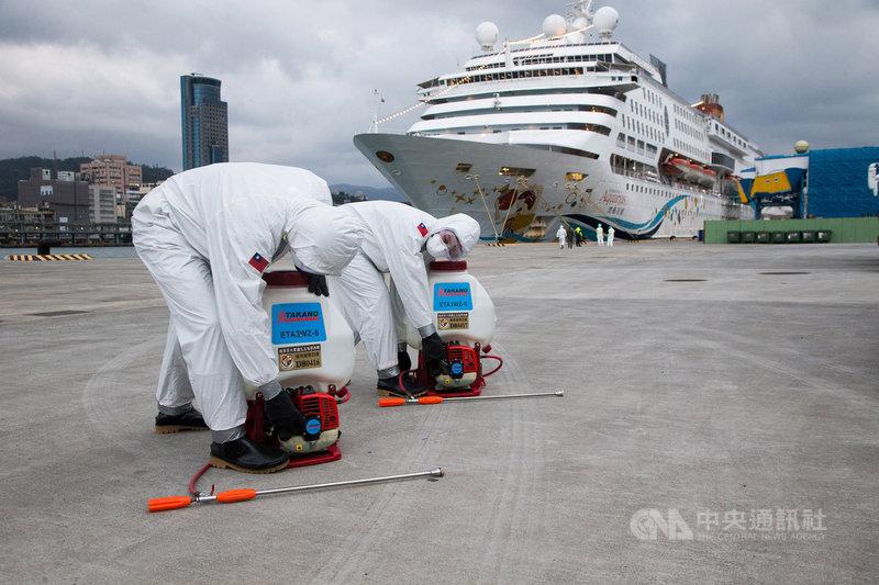 國防部8日表示,已派遣陸軍33化學兵群前往基隆港,執行麗星郵輪寶瓶星號接駁車消毒任務,確保防疫作為滴水不漏。(國防部提供)中央社記者游凱翔傳真 109年2月8日