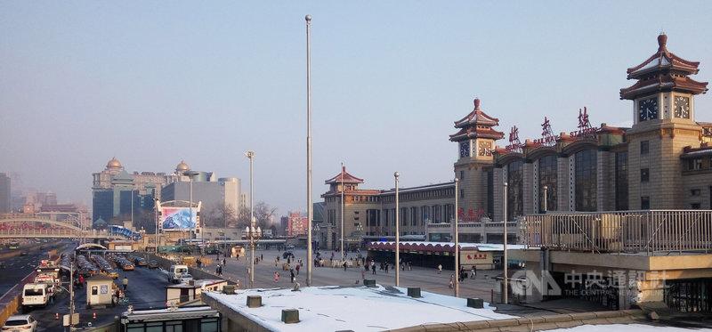 按中國傳統春節作息,元宵節前是外地民工返城準備開工高峰,但7日下午的北京站廣場,旅客稀少一片空蕩。中央社記者林克倫北京攝 109年2月8日