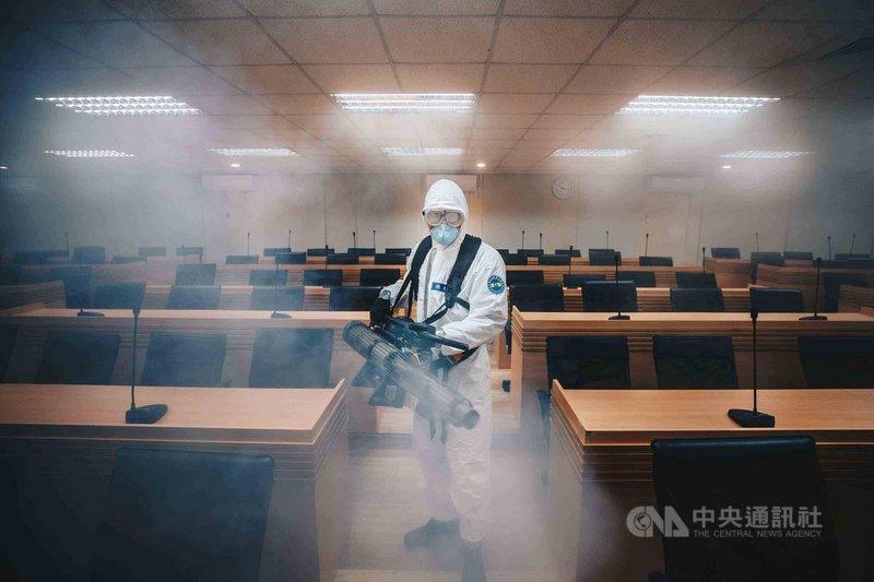 國軍化學兵扮演此次武漢肺炎防疫要角,圖為穿著C等級防護服的化學兵正執行消毒。(軍聞社提供)中央社記者游凱翔傳真 109年2月9日