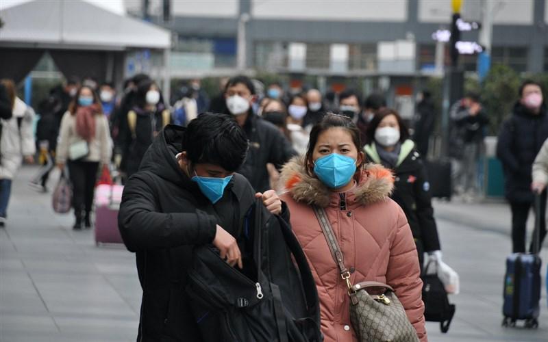 武漢肺炎疫情蔓延,中國春節延長且多地封城,造成復工困難。圖為8日上海火車站外的出站乘客。(中央社檔案照片)
