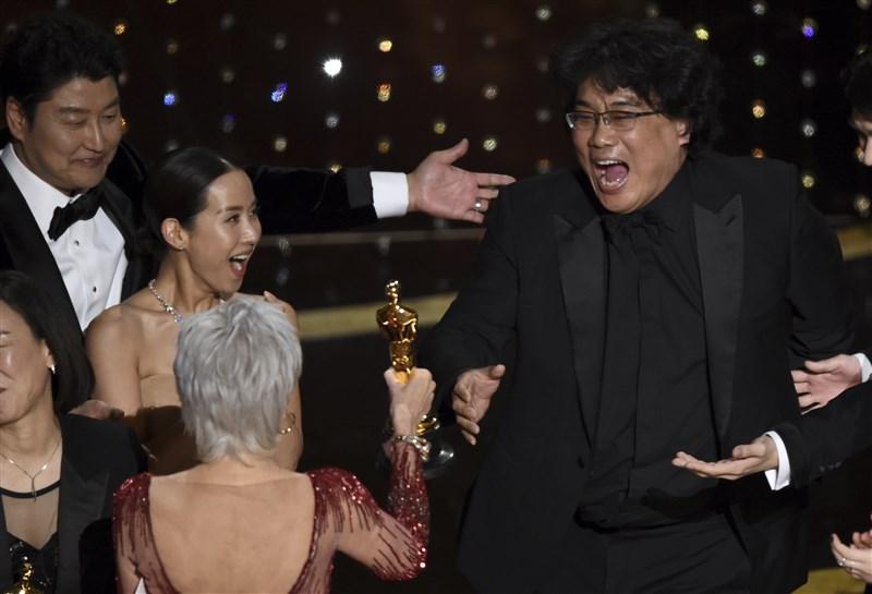 南韓「寄生上流」9日改寫奧斯卡史,成為首部贏得最高榮譽最佳影片獎的非英語電影,也是第一部贏得這座獎的南韓電影。(美聯社)