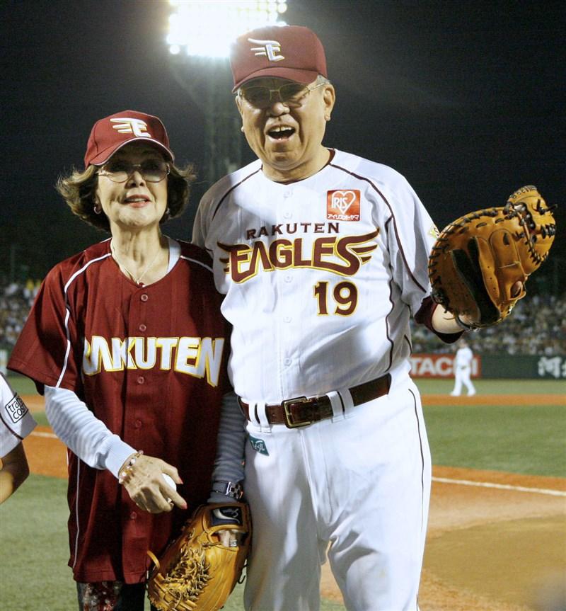 日本棒球界首位貫徹「ID野球」,靠分析選手資料數據率隊屢創佳績的野村克也(右)11日過世,享壽84歲。左為野村克也妻子。(共同社提供)