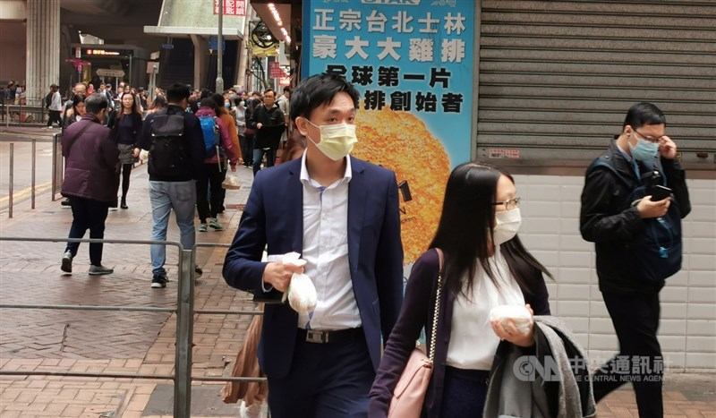 武漢肺炎蔓延亞洲多國,指揮中心11日宣布提高旅遊疫情建議等級,港澳為第三級警告,避免非必要旅遊。圖為香港市民戴口罩防武漢肺炎。(中央社檔案照片)