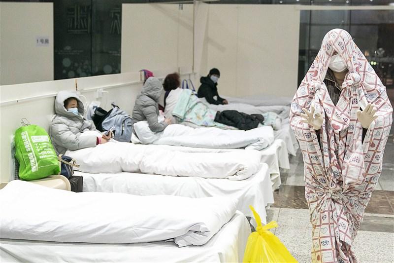 中國武漢肺炎疫情延燒,法新社採訪團隊進駐武漢市8天直擊城內天翻地覆的生活樣貌。圖為2月5日武漢一間收治新型冠狀病毒症狀患者的醫院內部情形。(法新社提供)