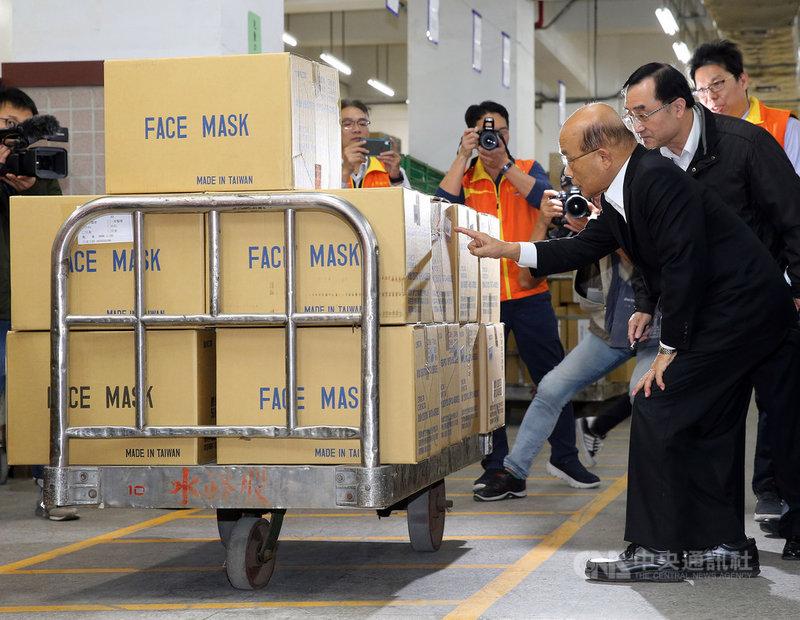 行政院長蘇貞昌(前右)11日上午到中華郵政台北郵件處理中心,為防疫物流作業同仁打氣。他說,面對武漢肺炎疫情,非常感謝國人同胞,大家從各個不同的崗位努力。中央社記者郭日曉攝 109年2月11日