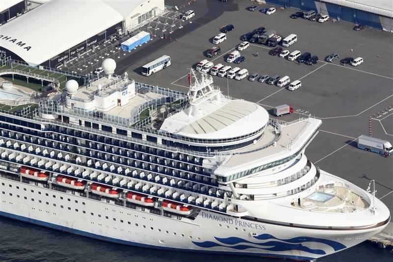 停泊在日本橫濱港的鑽石公主號遊輪,12日確認新增39人感染武漢肺炎,總計目前船上已有174人感染。(共同社提供)
