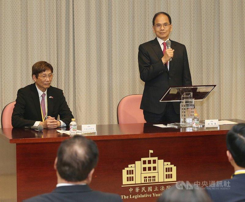 日本台灣商會聯合總會返國致敬團12日下午拜會立法院長游錫堃(立者),這也是游錫堃上任後接見的第一個僑團。中央社記者郭日曉攝 109年2月12日