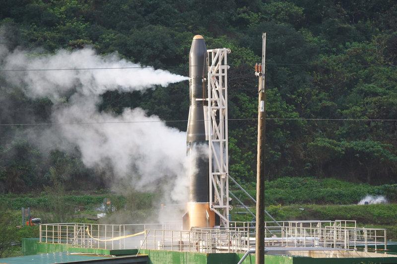 由晉陞太空科技打造的「飛鼠一號(HAPITH-I)」火箭原預定13日清晨6時至7時發射,數次測風向皆不利飛行,最後一度點火,但還是沒發射,過了7時中控中心宣布今天發射終止。中央社記者孫仲達攝 109年2月13日